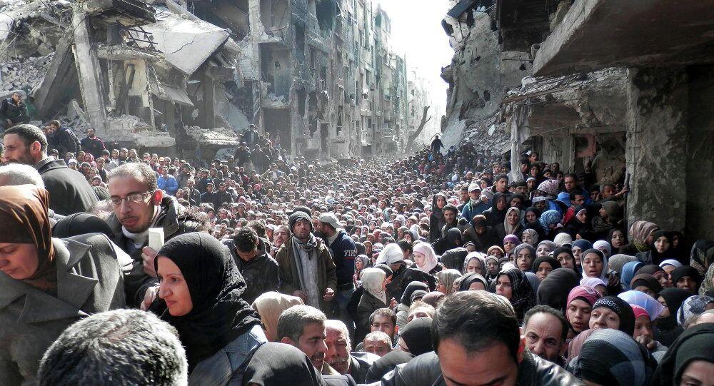 Yarmuk kampında mülteciler gıda sırasında