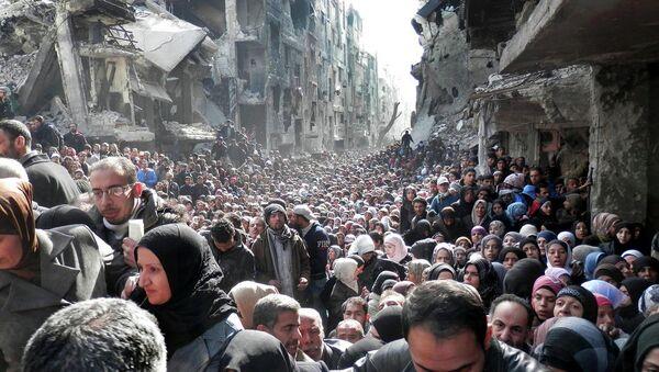 Yermuk kampında mülteciler gıda sırasında - Sputnik Türkiye
