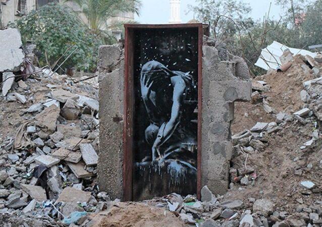 Sokak sanatçısı Banksy'ninTanrıça Niobe'nin ağlarkenki halinin tasvir edildiği 'Bomb Damage'