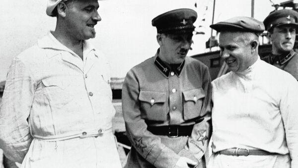 Genrih Yagoda (ortada) ve Nikita Kruşçev (sağda) - Sputnik Türkiye