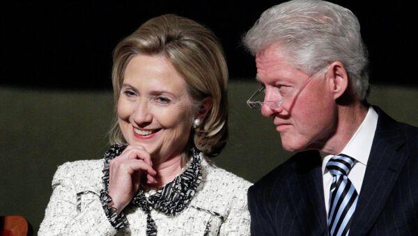 Eski ABD Dışişleri Bakanı Hillary Clinton ve eski başkan olan eşi Bill Clinton - Sputnik Türkiye
