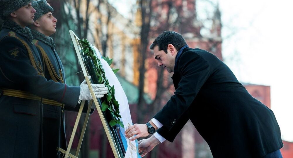 Çipras, başkent Moskova'da Kremlin duvarları dışında yer alan Meçhul Asker Anıtı'na çelenk bıraktı.