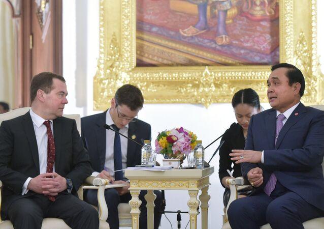 Rusya Başbakanı Dmitriy Medvedev ve Tayland Başbakanı Prayut Çan-o-ça