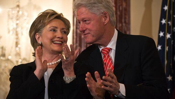 ABD eski Dışişleri Bakanı Hillary Clinton- eşi eski ABD Başkanı Bill Clinton - Sputnik Türkiye