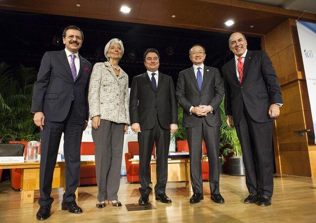 ABD'nin başkenti Washington'da, IMF-Dünya Bankası Yıllık Bahar Toplantıları kapsamında yapılan B20 toplantısına Türkiye Odalar ve Borsalar Birliği (TOBB) Başkanı Rifat Hisarcıklıoğlu (sol), Dünya Bankası Başkanı Jim Yong Kim (sağ2), Uluslararası Para Fonu (IMF) Başkanı Christine Lagarde (sol2), Coca-Cola'nın CEO'su Muhtar Kent (sağ) ve Başbakan Yardımcısı Ali Babacan (ortada) katıldı.