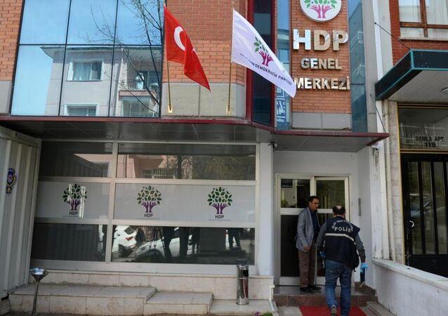 Çankaya'daki Halkların Demokratik Partisi (HDP) Genel Merkezi binasına silahlı saldırı düzenlendi.