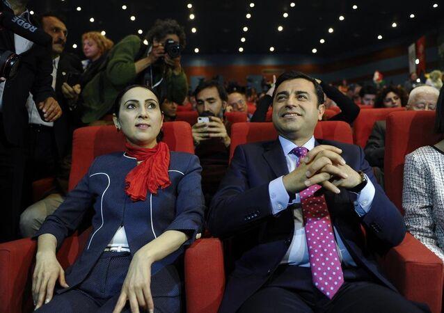 HDP Eş Genel Başkanları Yüksekdağ ve Demirtaş, alkışlar eşliğinde seçim bildirgesini açıkladı.