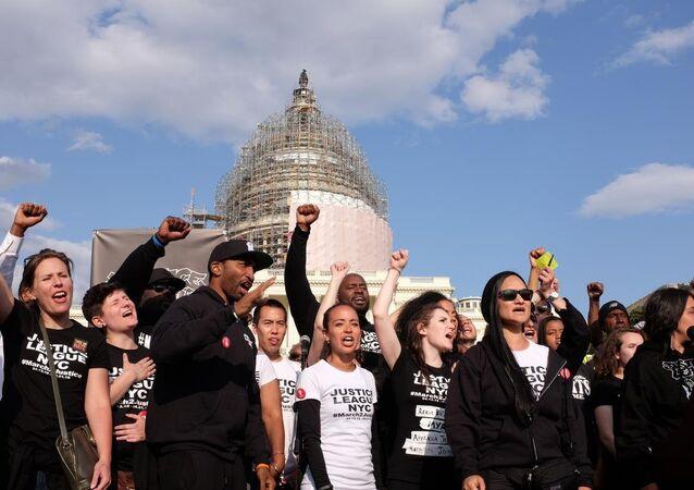 ABD'de, polis şiddetini kınamak için 7 gün önce New York'tan yürüyüşe başlayan grup, gösteriyi başkent Washington'da tamamladı.
