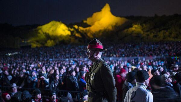 Çanakkale Kara Savaşları'nın 100. yılı dolayısıyla düzenlenen anma törenleri kapsamında Gelibolu Yarımadası'ndaki Anzak Koyu'nda, Şafak Ayini düzenlendi. Gece Çanakkale'den Gelibolu'ya geçen on binden fazla Avustralyalı ve Yeni Zelandalı, uyku tulumları ve battaniyeler içinde, töreni izledi. - Sputnik Türkiye