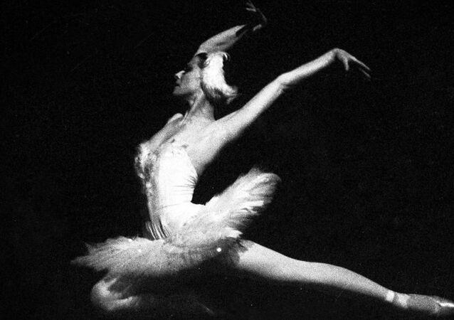 Yaklaşık yarım asırdır Rus balesinin en büyük dayanaklarından biri olan Plisetskaya, prima balerinken (solo dansçı) 1990'da, yani 65 yaşında emekli olmuştu.