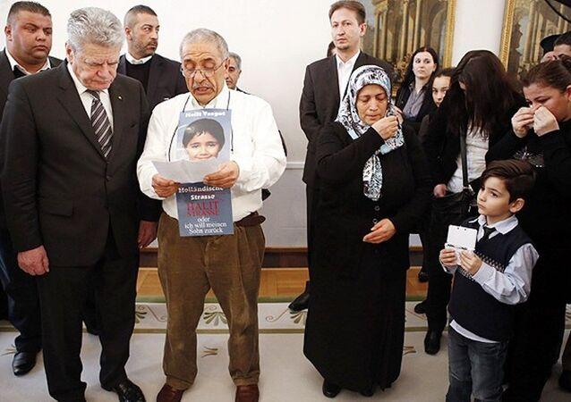 Almanya Cumhurbaşkanı Gauck'un, Şubat 2013'te NSU tarafından öldürülenlerin yakınlarını Cumhurbaşkanlığı Sarayı'nda kabul ettiği görüşmeye, 8 Türk kurbanın sonuncusu olan Halit Yozgat'ın ailesi de katılmıştı. Baba İsmail Yozgat, Gauck'un huzuruna oğlu Halit'in fotoğrafını boynuna asarak çıkmıştı.