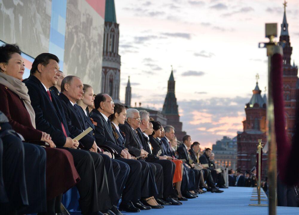 Rusya Devlet Başkanı Vladimir Putin ve II. Dünya Savaşı'nda kazanılan zaferin 70. yıldönümü törenlerine katılan liderlerle birlikte Kızıl Meydan'da düzenlenen Büyük Zaferin Yolları konserinde.