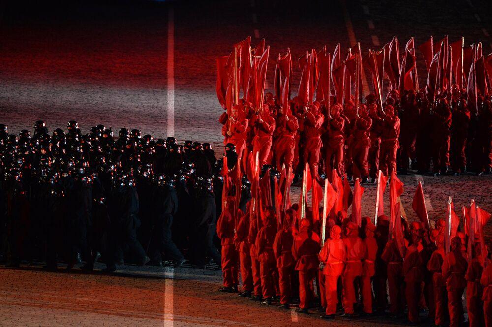 'Büyük Zaferin Yolları' konserinde sahne gösterilerini izleyiciler ayakta alkışladı.