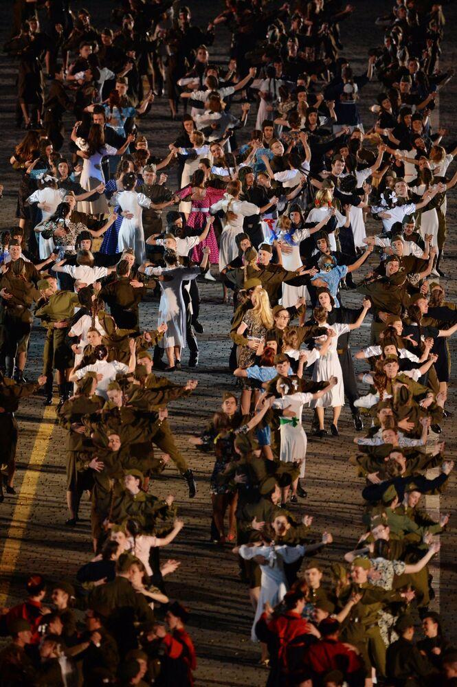 Sovyetler'in Nazi güçlerini yenip 2. Dünya Savaşı'na son verişinin 70. yıldönümünde Moskova'da düzenlenen kutlamalara 'Büyük Zaferin Yolları' konseri ile devam etti.