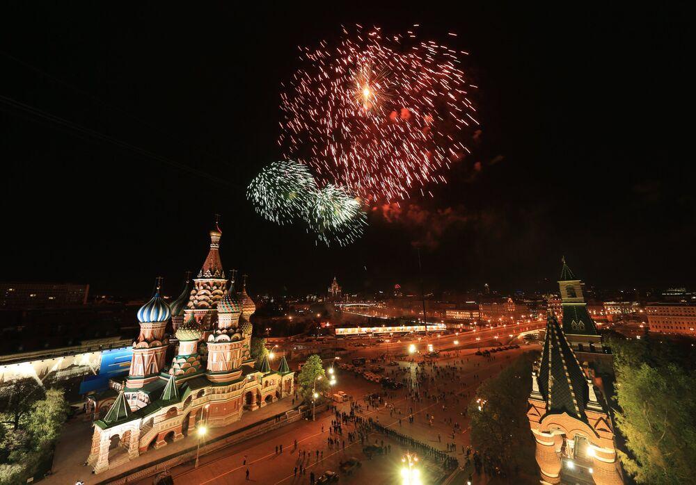 Moskova semaları 10 dakika boyunca 10 bin havai fişekle aydınlandı.