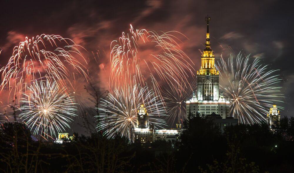 Onbinlerin izlediği konser, Moskova semalarını aydınlatan büyüleyici havai fişek gösterisiyle renklendi.