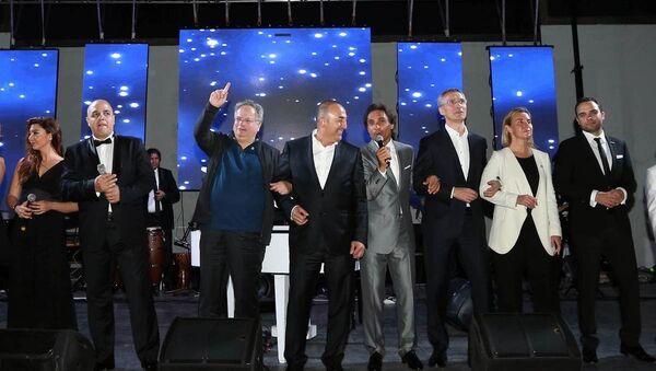Dışişleri Bakanı Mevlüt Çavuşoğlu, Yunanistanlı mevkidaşı Nikos Kocias ile kol kola 'We are the world' şarkısını söyledi. - Sputnik Türkiye