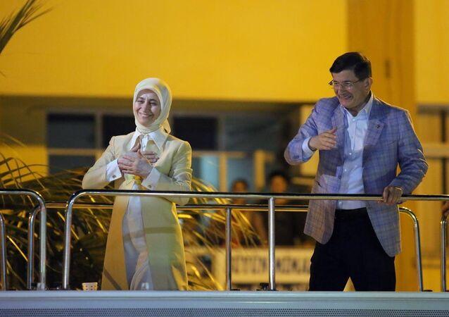 Başbakan Ahmet Davutoğlu, Aydın'ın Nazilli İlçesi'ndeki Belediye Meydanı'nda eşi Sare Davutoğlu ile birlikte vatandaşları selamladı.