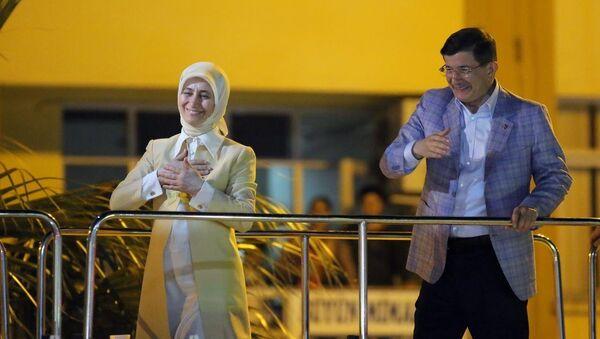 Başbakan Ahmet Davutoğlu, Aydın'ın Nazilli İlçesi'ndeki Belediye Meydanı'nda eşi Sare Davutoğlu ile birlikte vatandaşları selamladı. - Sputnik Türkiye