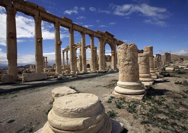 Palmira'da 1. ve 2. yüzyıldan kalma tapınaklar ve sütunlu yol, o dönemlerin en iyi korunmuş eserleri arasında yer alıyor.