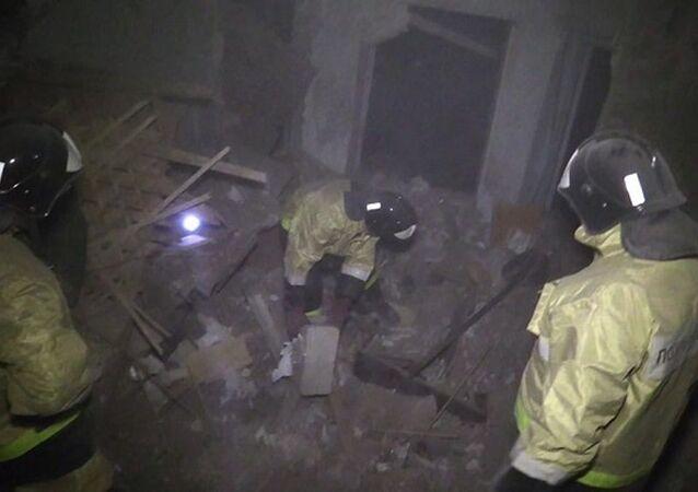 Ukrayna'nın doğusundaki Donetsk bölgesinde Kiev güçlerinin bağımsızlık yanlısı milislere yönelik saldırıları sırasında bir binaya havan topu mermisi isabet etmesi sonucu en az bir sivilin yaşamını yitirdiği belirtildi.