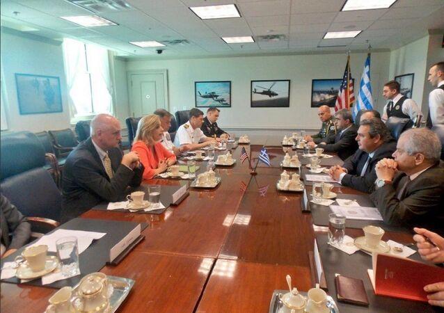 Yunanistan Savunma Bakanı Pannayotis Kammenos ve ABD Savunma Bakan Yardımcısı Christine Wormuth
