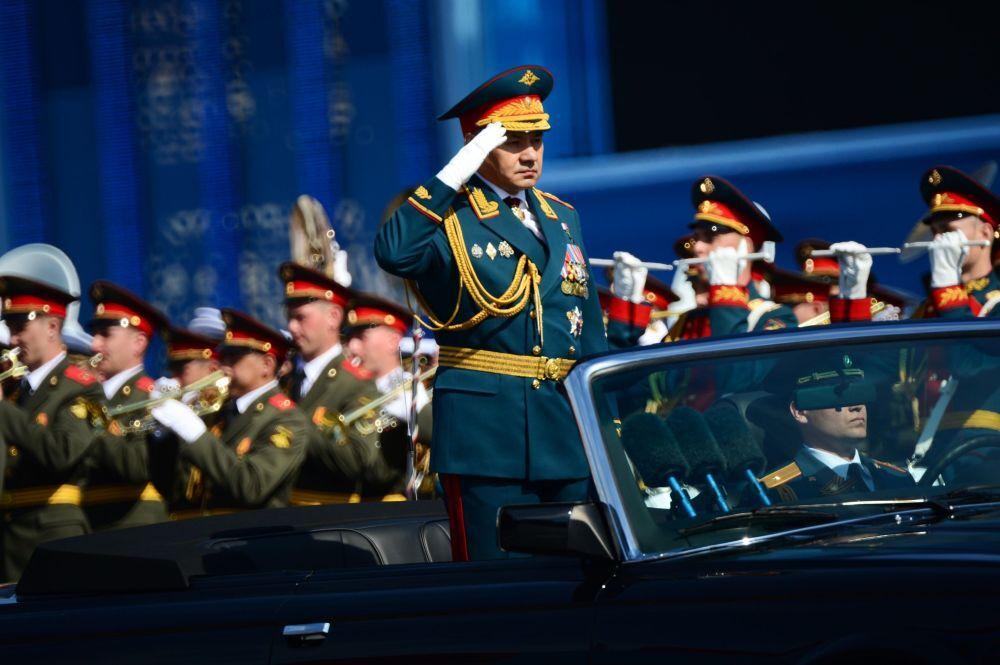 Rusya Savunma Bakanı Sergey Şoygu Sovyet Ordusu'nun İkinci Dünya Savaşı'nda Nazi Almanyası'na karşı kazandığı zaferin 70. yıldönümü münasebetiyle düzenlenen askeri geçit töreninde
