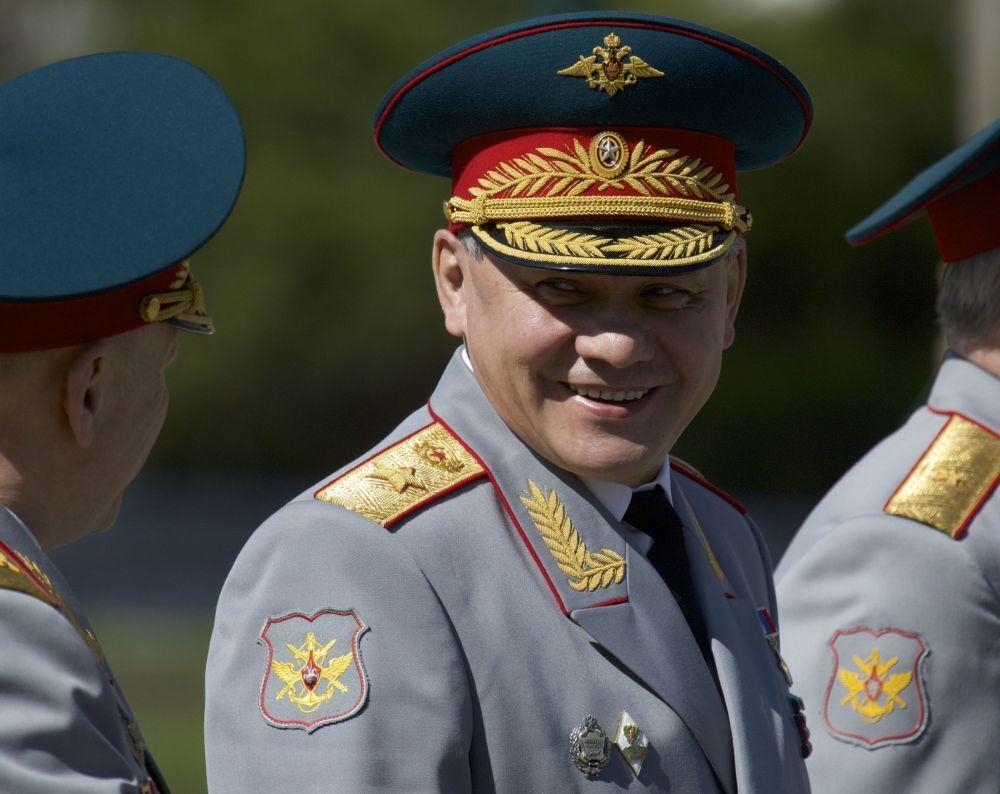 Savunma Bakanı Sergey Şoygu, 9 Mayıs Zafer Günü arifesinde Moskova Kremlin Duvarı'ndaki Meçhul Asker Anıtı'na çelenk koyma töreninde