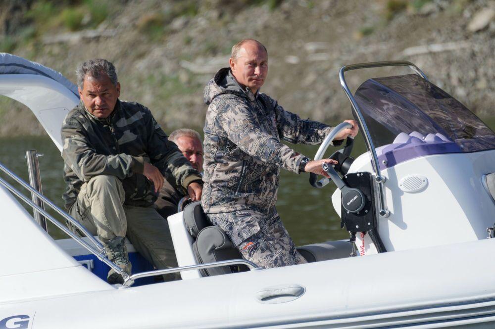 21 Temmuz 2013. Rusya Savunma Bakanı Sergey Şoygu ve Rusya Devlet Başkanı Vladimir Putin, Sayano Şuşenskiy Devlet Tabiat Parkı'nı ziyaret ediyor