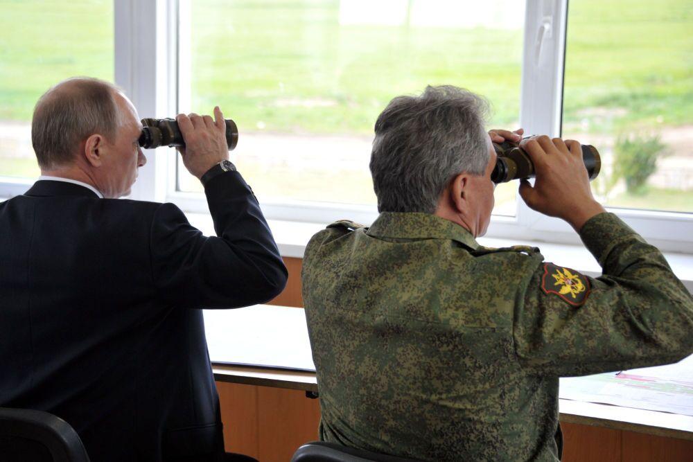 Rusya Devlet Başkanı Vladimir Putin ve Savunma Bakanı Sergey Şoygu, Zabaykalye bölgesindeki poligonda yapılan askeri tatbikatı izliyor