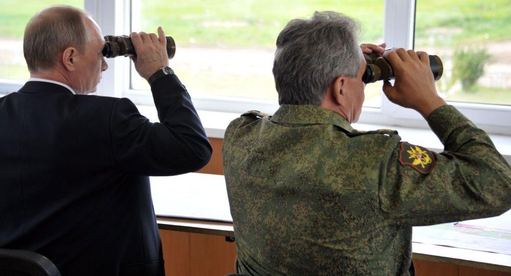 Rusya Devlet Başkanı Vladimir Putin ve Savunma Bakanı Sergey Şoygu Zabaykalye bölgesindeki poligonda yaplan askeri tatbikatı izliyor
