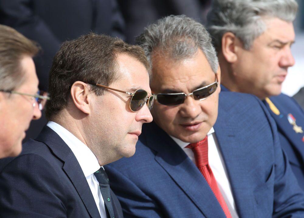 Dmitri Medvedev ve Sergey Şoygu MAKS 2013 Uluslararası Uzay ve Havacılık Fuarı'nda
