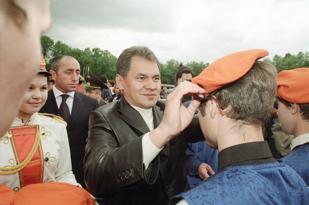 Sergey Şoygu, Rusya Arama Kurtarma Öğrenci Derneği'nin üyelerine diploma ve turuncu bereler dağıttı