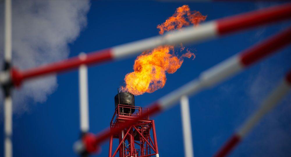 Prirazlomnaya petrol arama platformunun gaz meşalesi.