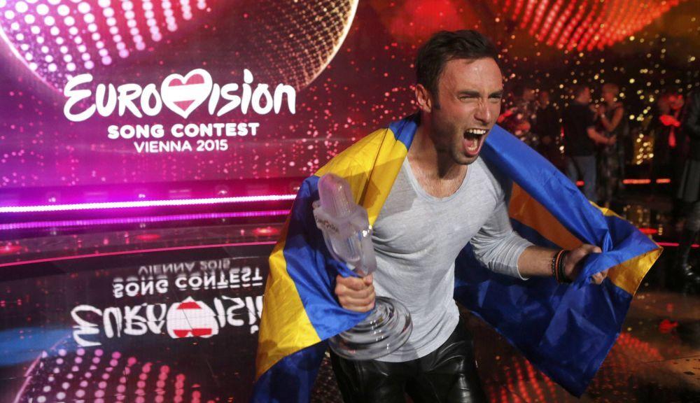 2015 Eurovision Şarkı Yarışması'nın galibi İsveç temsilcisi Mans Zelmerloew zaferini kutluyor
