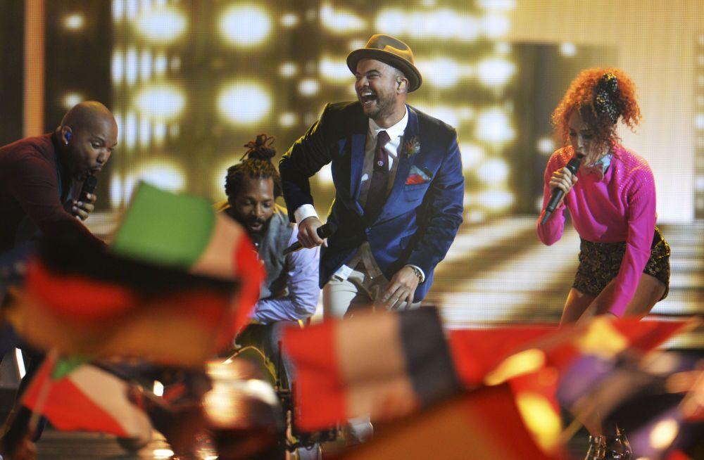 2015 Eurovision Şarkı Yarışması'nın Avustralya temsilcisi Guy Sebastian yarışmanın finalinde sahne alıyor