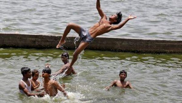 Aşırı sıcaklıkların yaşandığı Hindistan'daki Sabarmati Nehrinde yıkanan çocuklar - Sputnik Türkiye