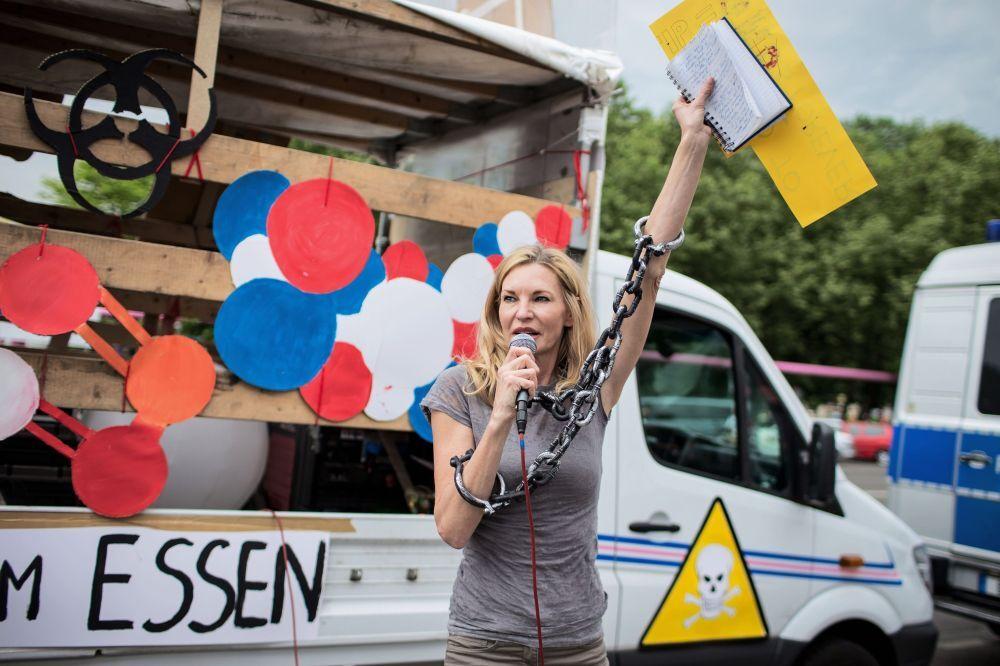 """Berlin'de GDO'nun doğaya ve insan sağlığına verdiği zararlara dikkat çekmek ve yasaklanmasını sağlamak amacıyla yapılan """"Monsanto'ya Karşı Yürüyüş""""ün katılımcısı"""