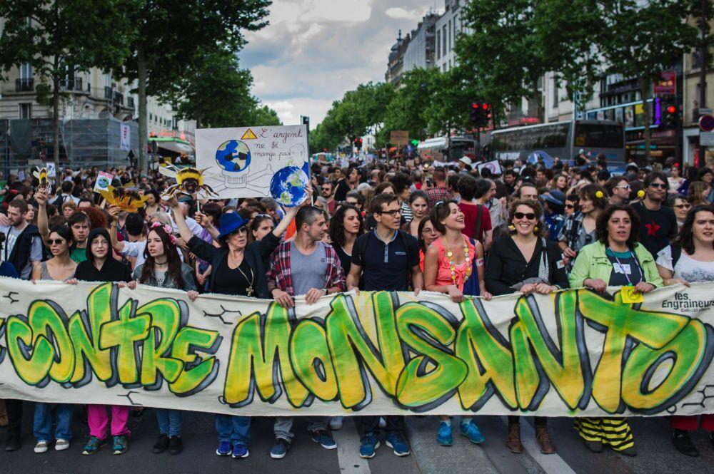 """Paris'te GDO'nun doğaya ve insan sağlığına verdiği zararlara dikkat çekmek ve yasaklanmasını sağlamak amacıyla yapılan """"Monsanto'ya Karşı Yürüyüş""""ün katılımcıları"""