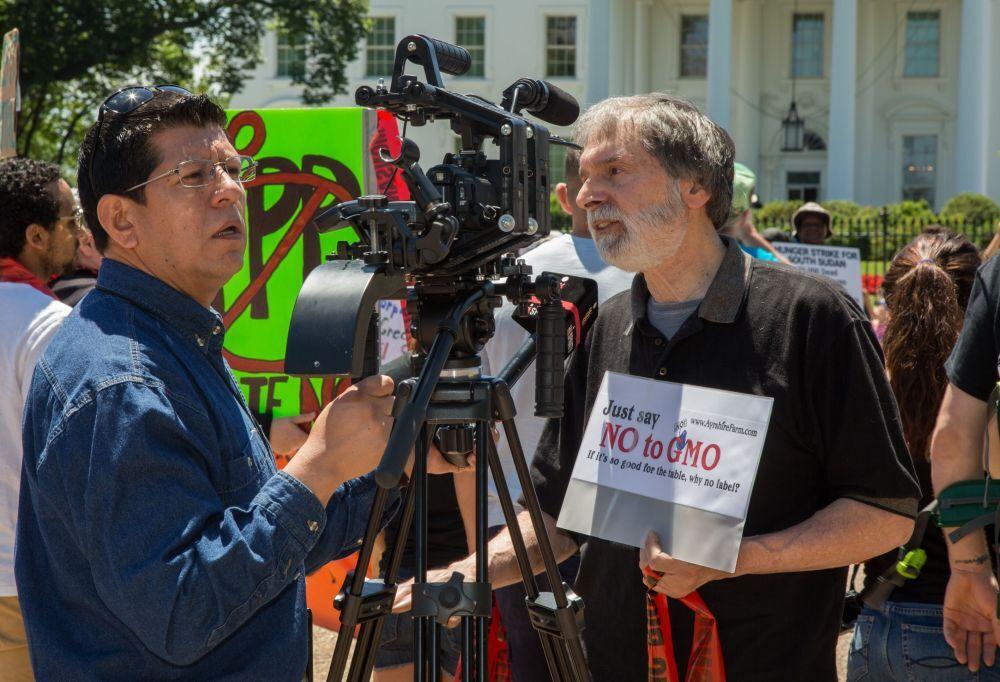 """Washington'da GDO'nun doğaya ve insan sağlığına verdiği zararlara dikkat çekmek ve yasaklanmasını sağlamak amacıyla yapılan """"Monsanto'ya Karşı Yürüyüş""""ün katılımcıları"""