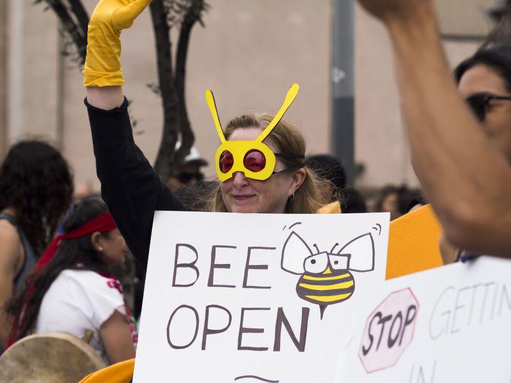 """Los Angeles'te Genetiği Değiştirilmiş Organizmaların doğaya ve insan sağlığına verdiği zararlara dikkat çekmek ve yasaklanmasını sağlamak amacıyla yapılan """"Monsanto'ya Karşı Yürüyüş"""""""