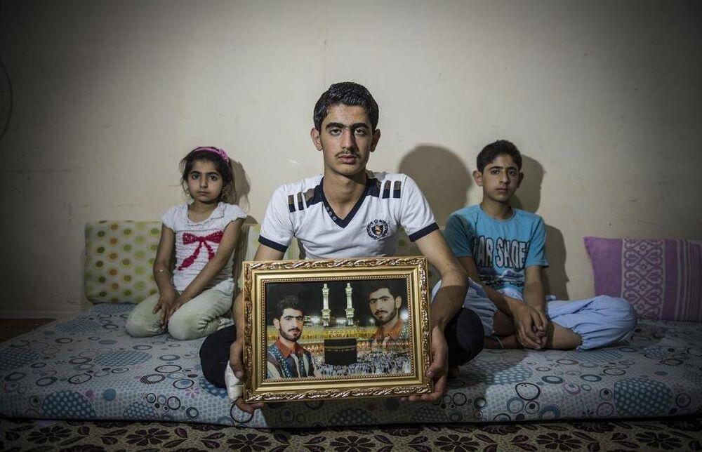 Evlerinin yıkılmasının ardından apar topar Türkiye'ye göç eden Hüseyin ailesinin elinde yalnızca babalarının bir fotoğrafı kalmış.