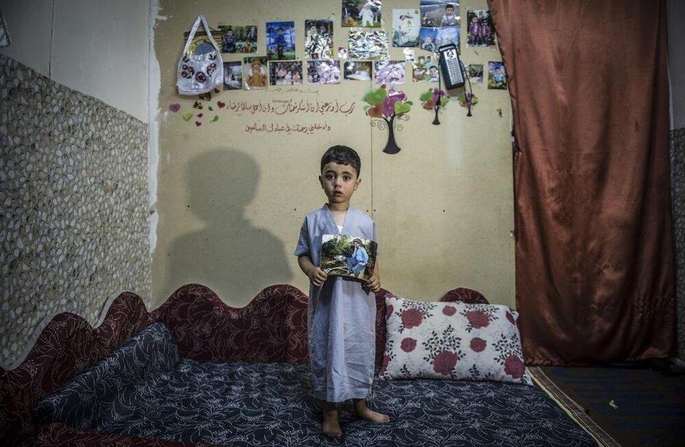 Muhammed yüzünü hiç görmediği babasını yalnızca elinde tutuğu fotoğraftan tanıyor.