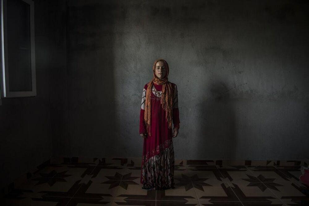 Nevara, harabeye dönen evlerinden yanında yalnızca annesinin eşarbını ve üzerinden çıkarmadığı elbisesini getirebilmiş.