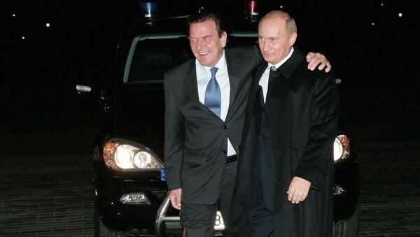 Vladimir Putin ve Gerhard Schröder - Sputnik Türkiye