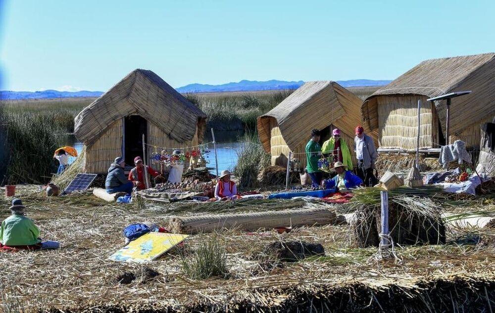 Dünyanın en farklı topluluklarındanbiri de Peru ile Bolivia arasında yer alan Titicaca gölündeki yüzen adalarda yaşıyor. Uro olarak adlandırılan bu topluluk, su üzerinde 35-45 yıl yaşayabilen bir bitkinin köklerini birleştirerek yüzen adalar meydana getiriyor.