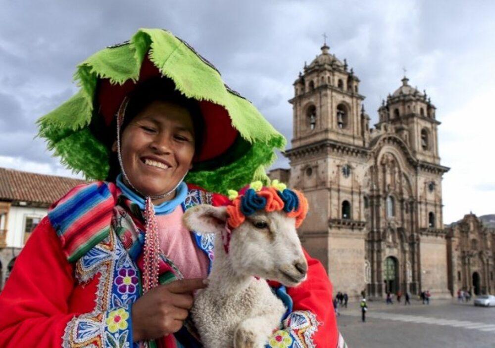 Günlük hayatta geleneksel kıyafetlerinden vazgeçmeyen Perulular küçük bahşişler karşılığında turistlere modellik yapıyorlar.