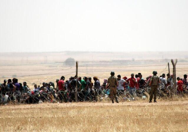 Şanlıurfa'nın Akçakale ilçesi sınır hattında bekleyen bir gdup Suriyeli, Türkiye'ye alınmaya başladı.