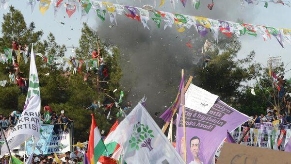 HDP'nin Diyarbakır mitingi sırasında meydana gelen patlamalarda 4 kişi hayatını kaybetti. - Sputnik Türkiye