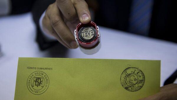 Yüksek Seçim Kurulu (YSK), basın mensuplarına yönelik olarak temsili sandık oluşturmak suretiyle oy verme, sayım ve döküm ile sandık başı iş ve işlemleri konusunda örnek uygulama gerçekleştirdi. - Sputnik Türkiye